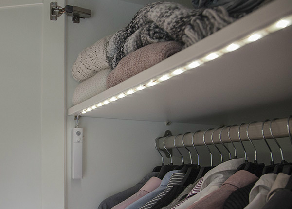 Sensoriga LED valgusriba / öölamp