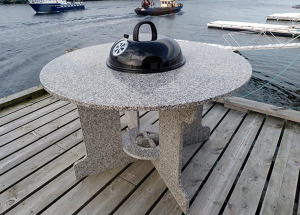 Graniittti puutarhapöytä grillillä