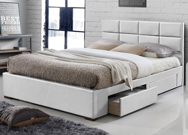 Sänky laatikoilla