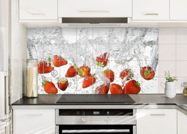 Kleebised seinaplaatidele Fresh strawberries in water 60x120 cm