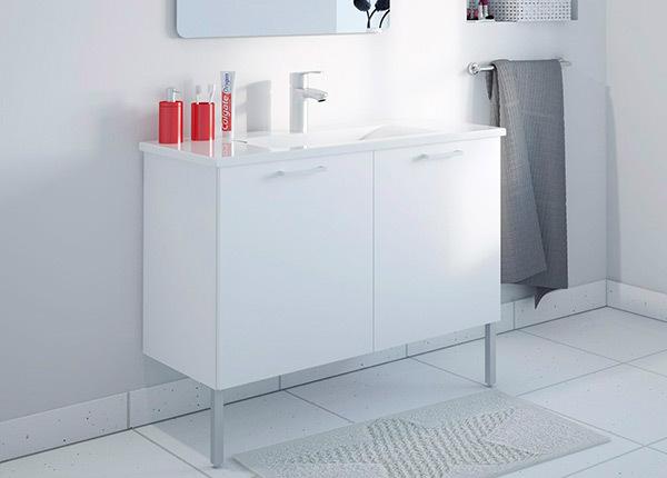 Kylpyhuoneen kaappi pesualtaalla