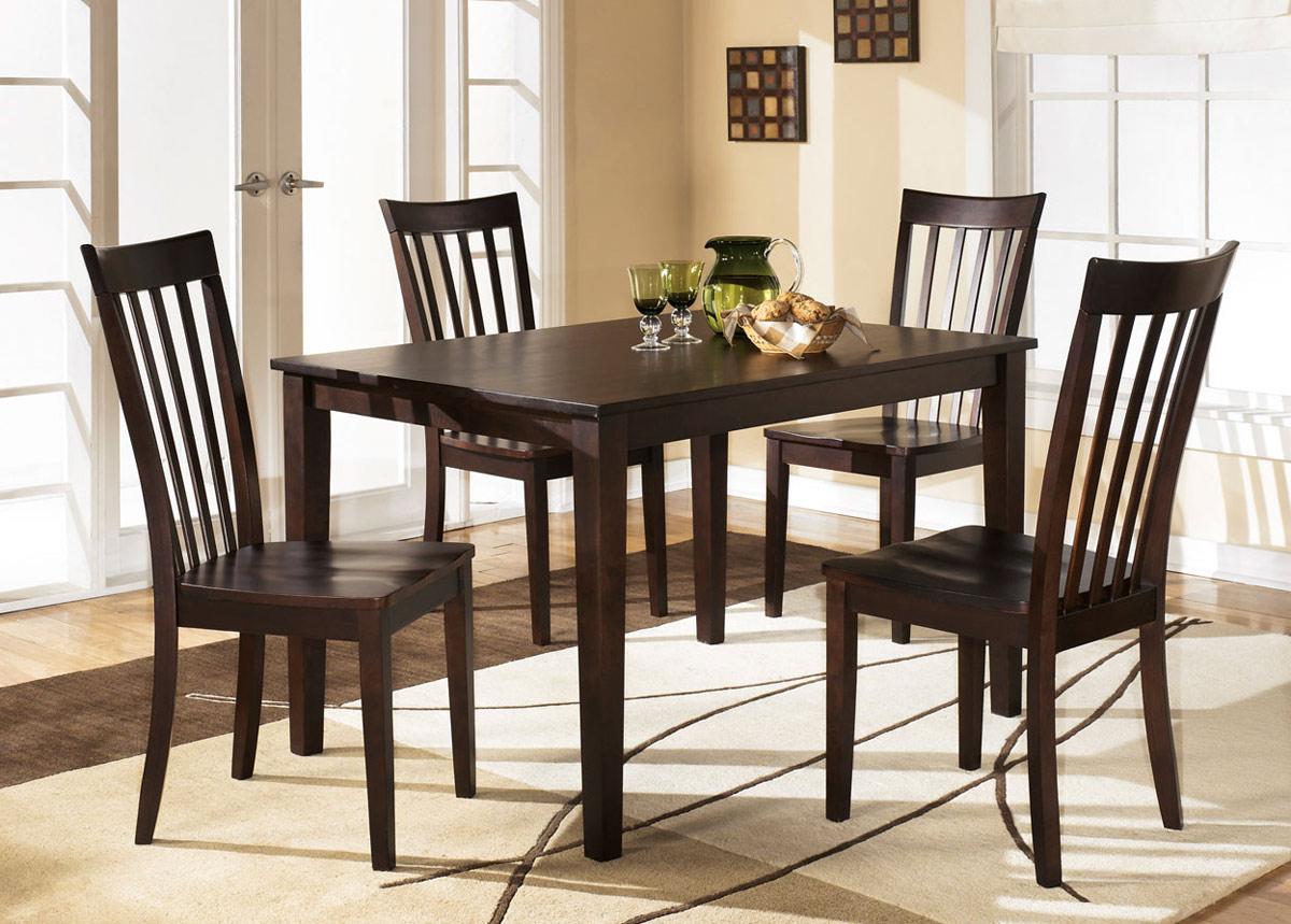 Ruokapöytä 121x91 cm + 4 tuolia