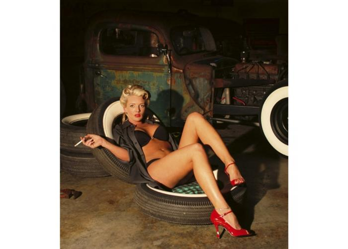 Fleece kuvatapetti Girl in garage 225x250 cm