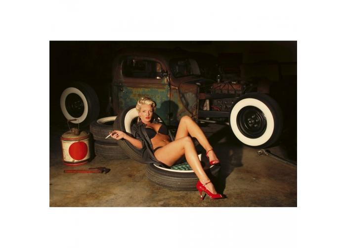 Fleece kuvatapetti Girl in garage 375x250 cm