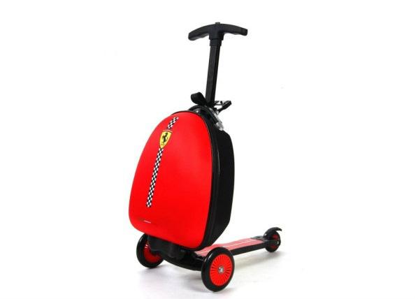 Ferrari potkulauta matkalaukulla